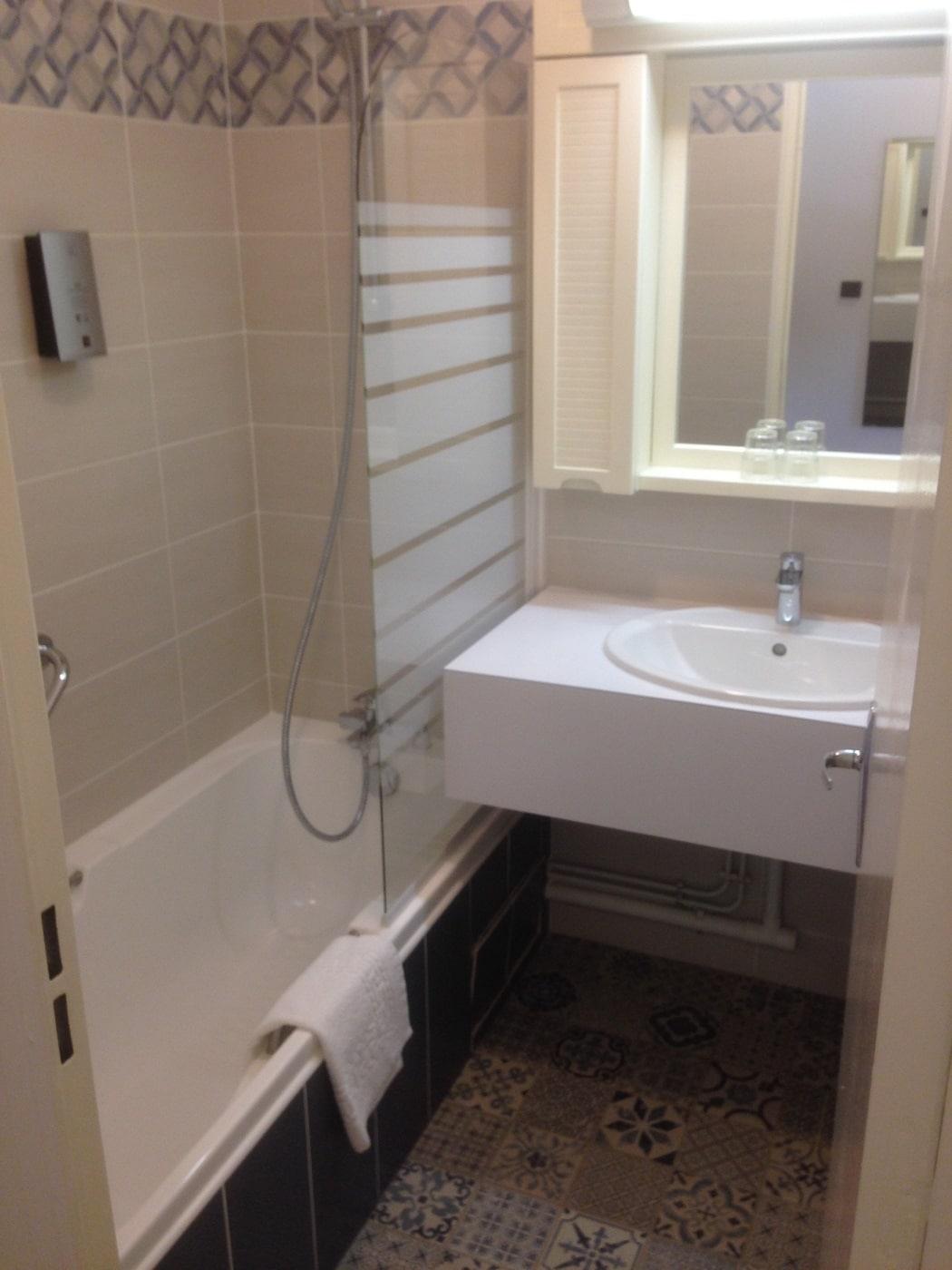 Salle de bain des chambres de l'hôtel du Lion d'Argent à La Châtre